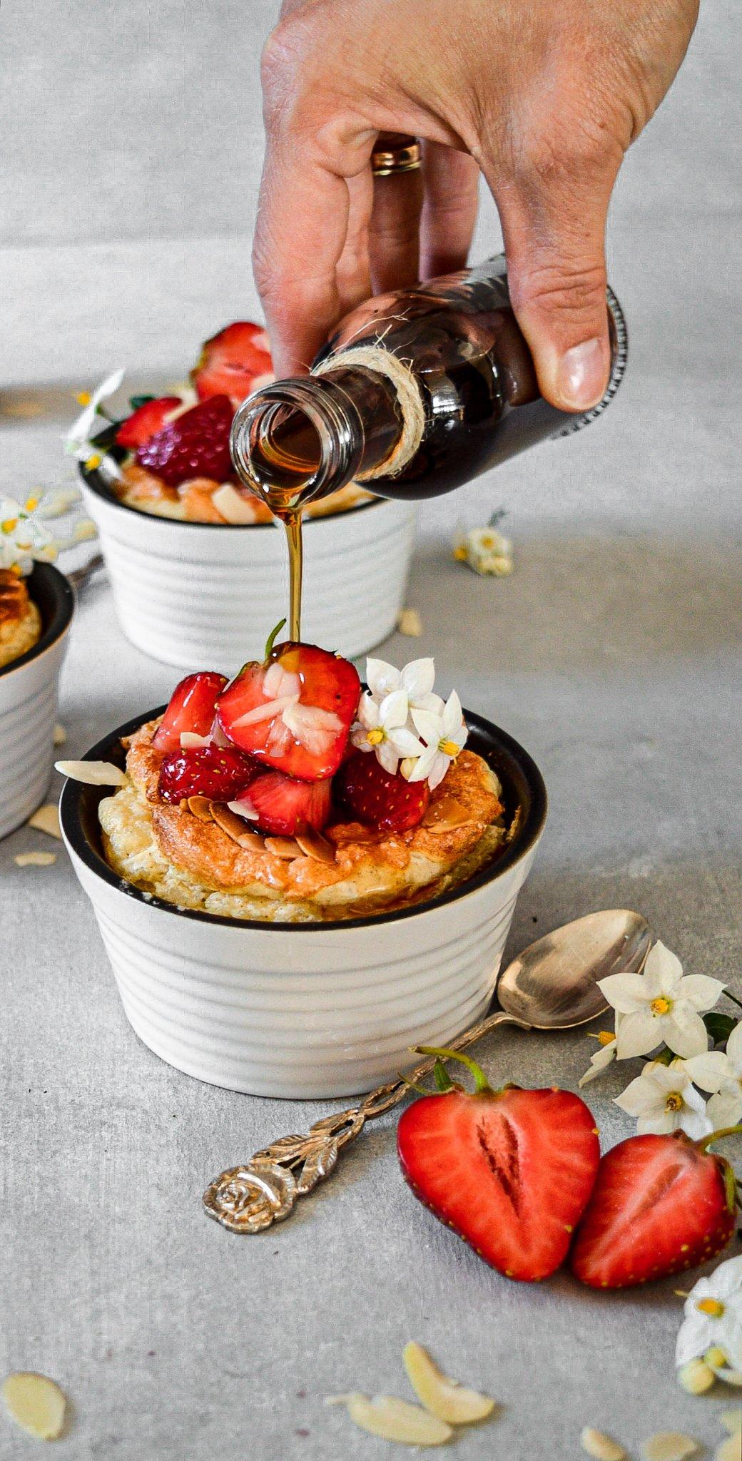 Überbackener Milchreis mit Mandelhaube und frischen Erdbeeren