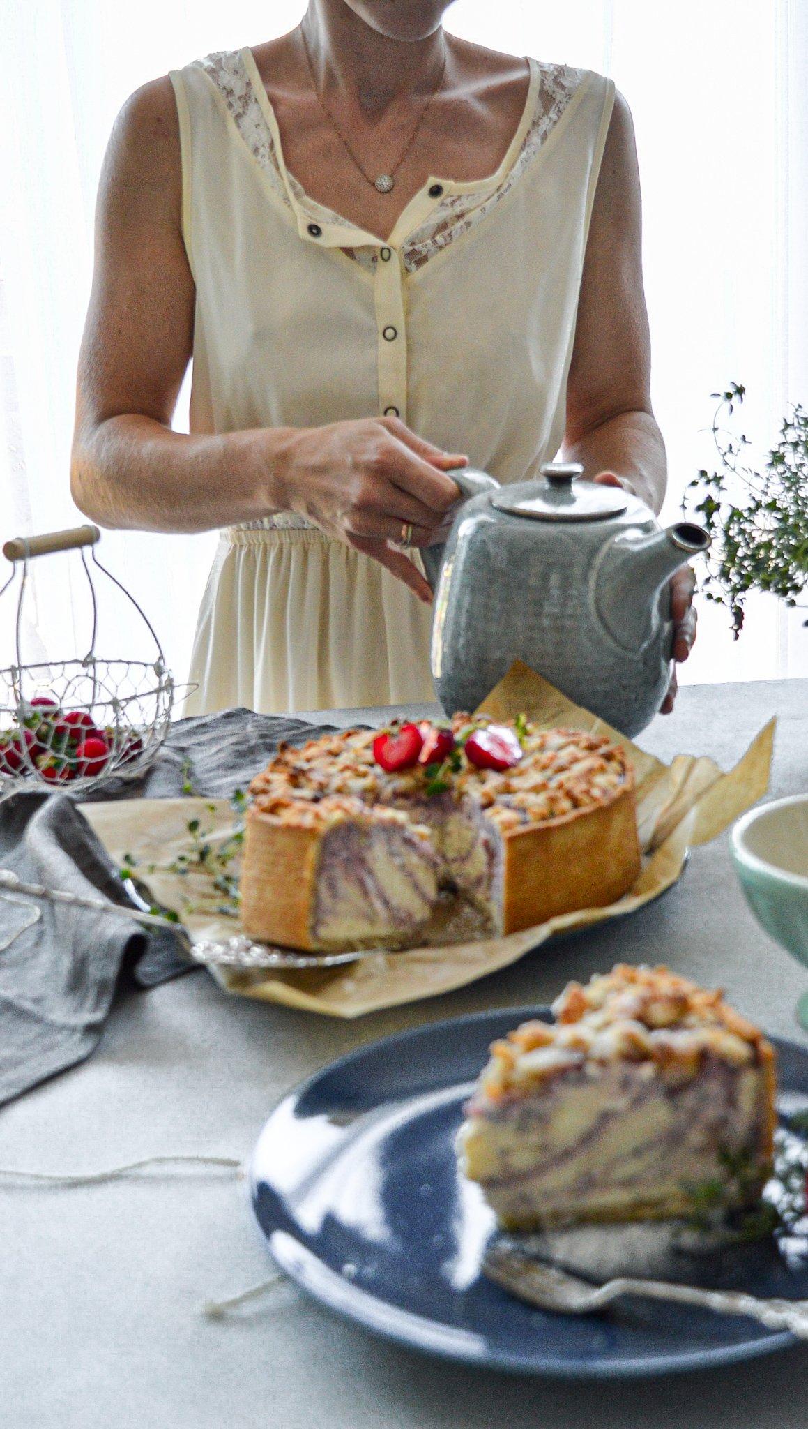 Sommerkuchen mit Frau im weißen Kleid