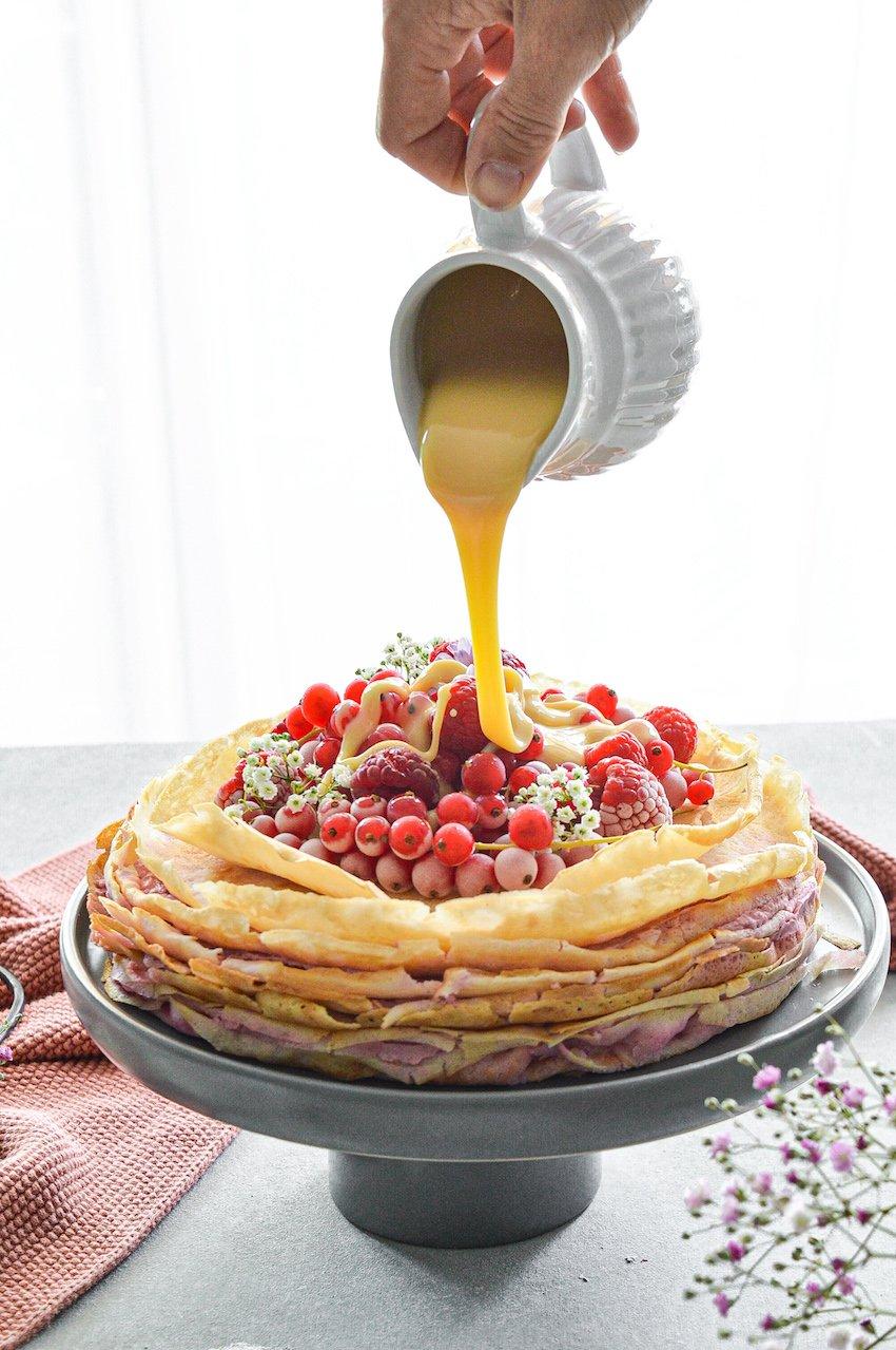 Crepè Torte mit Kanne und fliesender Creme