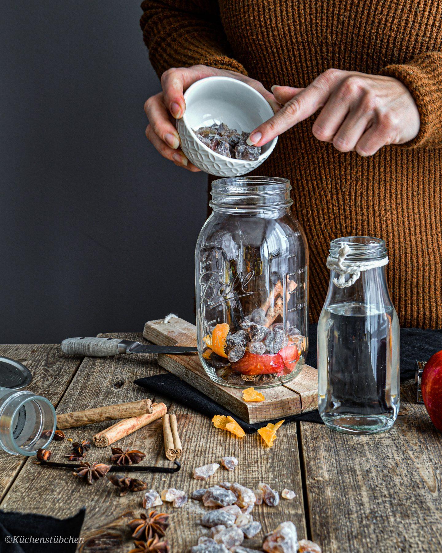 Weihnachtslikör - Krustenkandis in das Glas geben