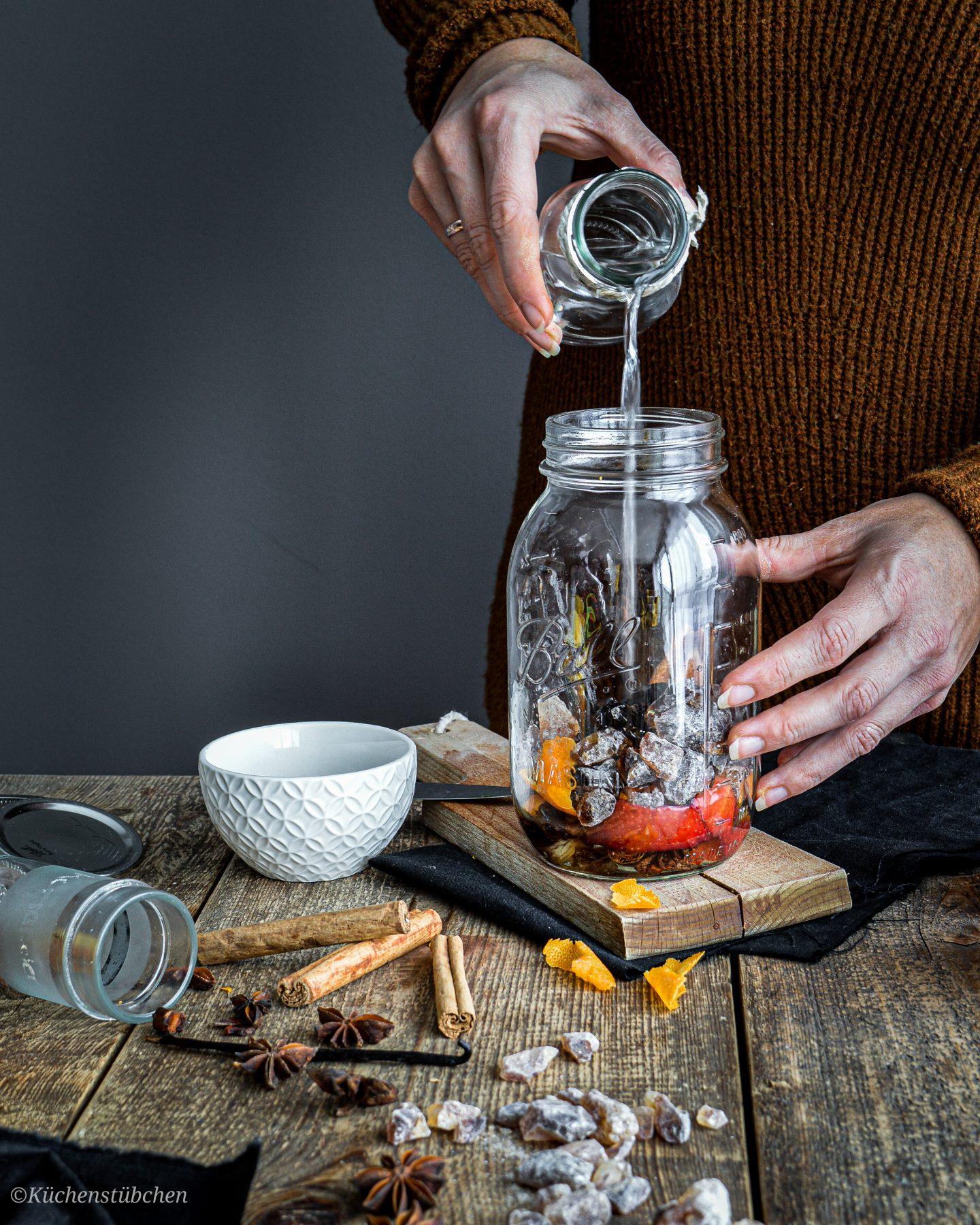 Wodka ins Glas geben - Weihnachtslikör