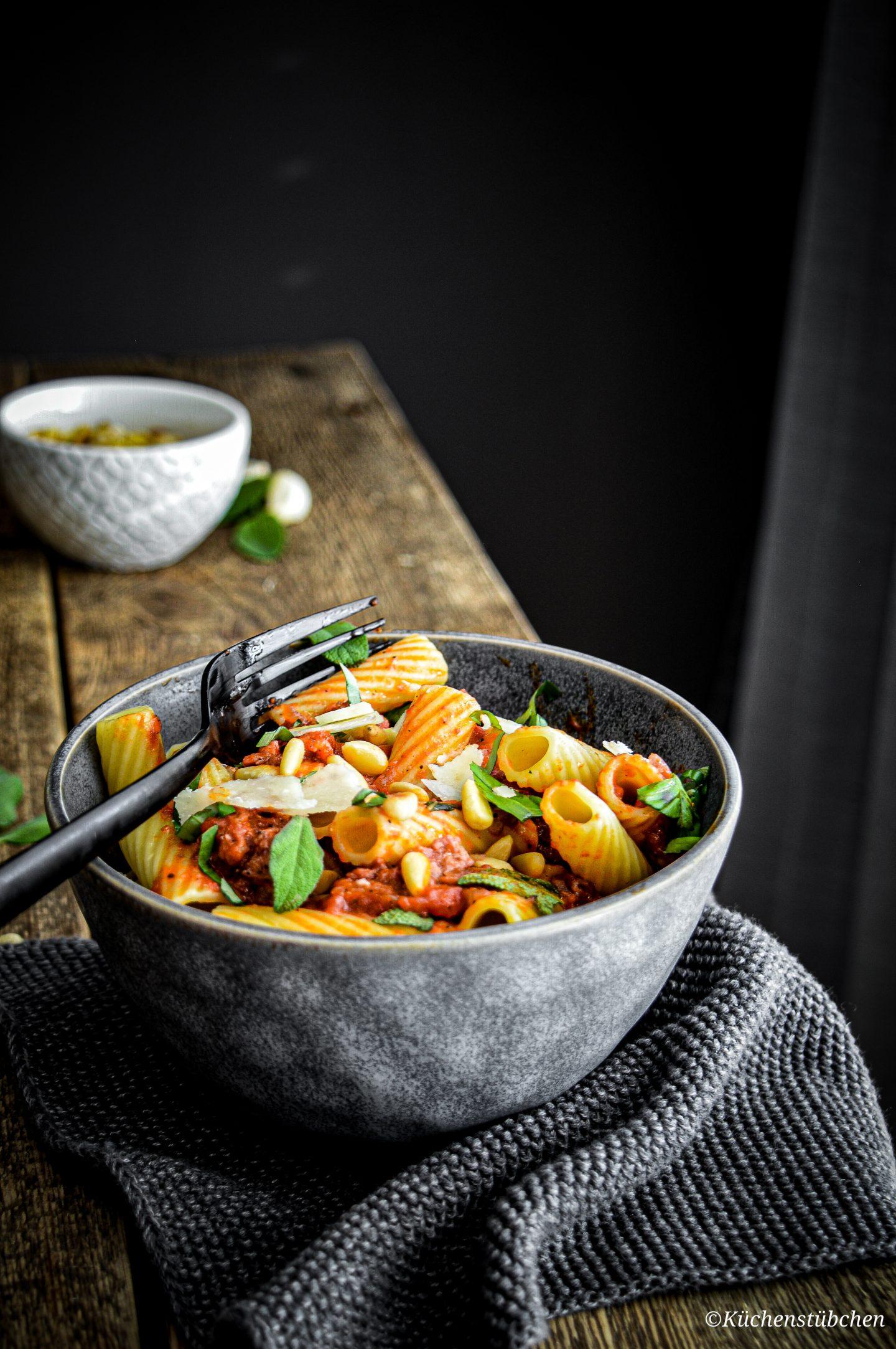 Salsiccia mit Pasta und Tomatensoße