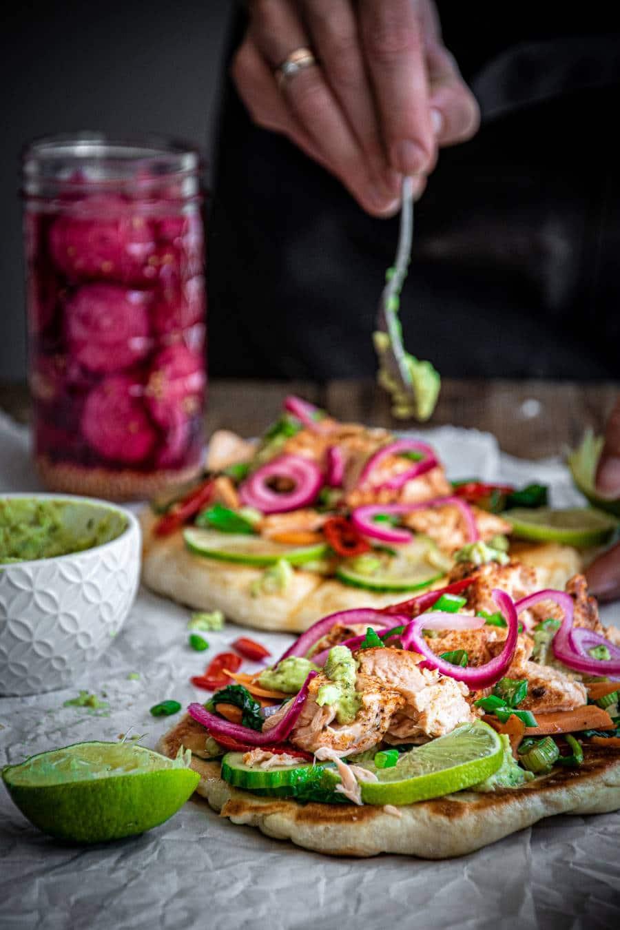 Naanbrot mit Lachs, Avocado und Spinat