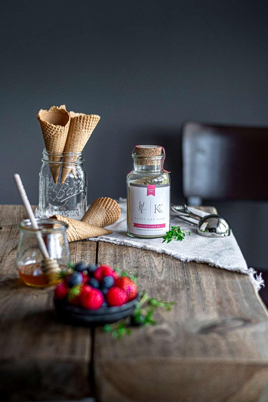 Thymian Mascarpone Eiscreme mit Erdbeeren