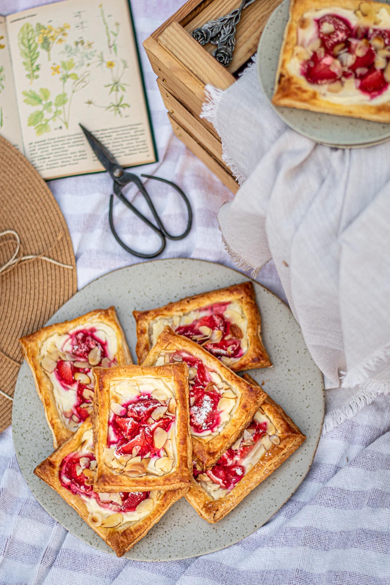 Einfach gemachte Erdbeere Cheesecake Blätterteig Tartes