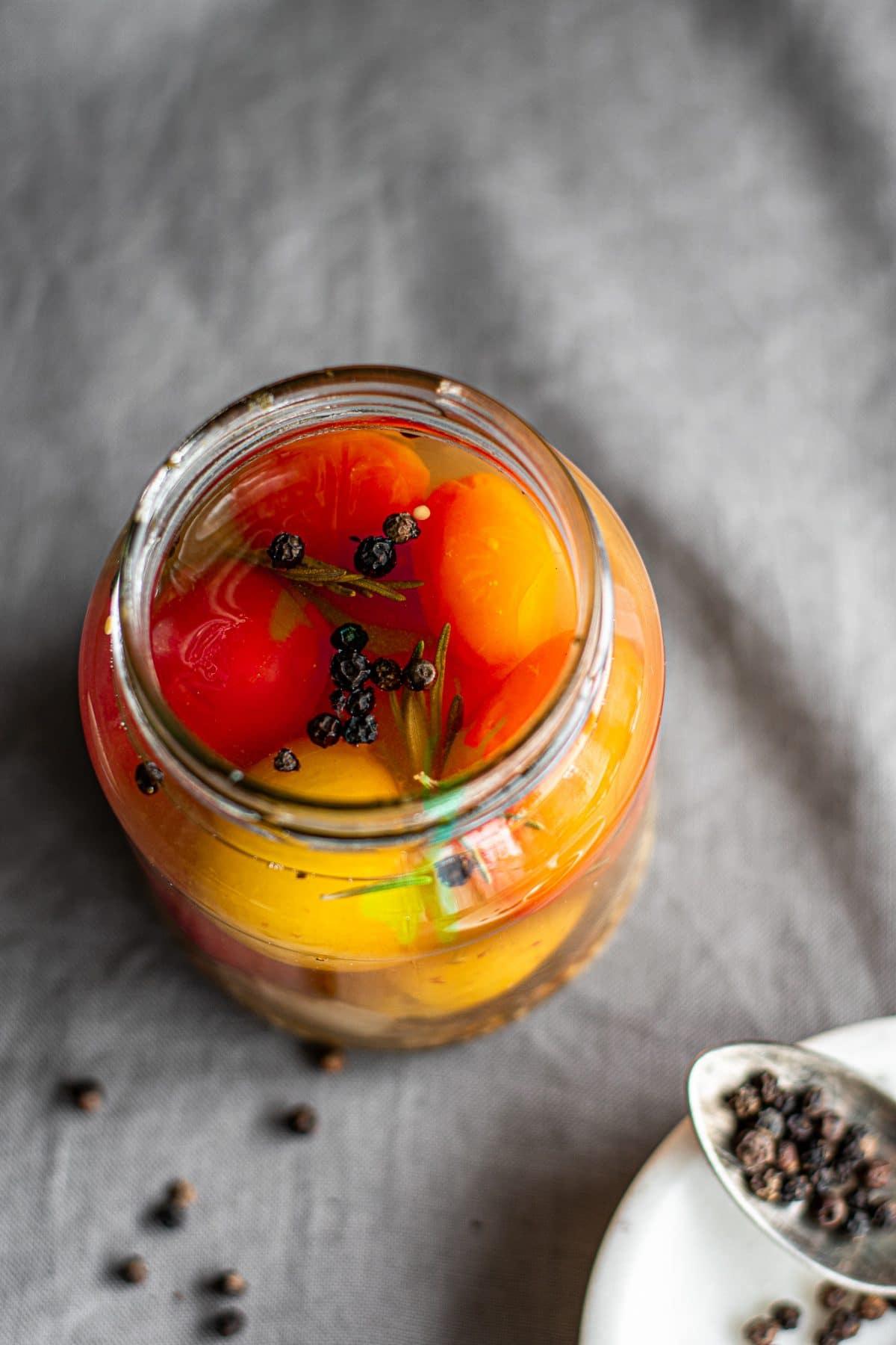 Tomaten in Rosmarin Weißweinsud einkochen